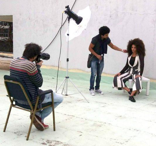 Titto em ação nos bastidores do nosso editorial com Juliana Alves (Foto: Divulgação)