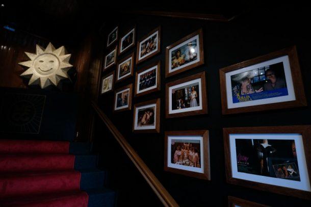 Quadros com encartes de filmes histórica decoram o local (Foto: Edison Vara/Pressphoto)