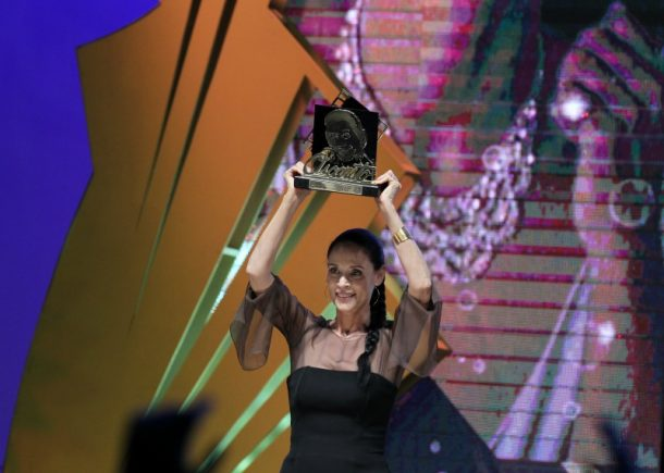 Atriz Sônia Braga, recebe o Troféu Oscarito (Foto: Edison Vara/Pressphoto)