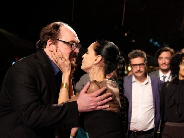 Sônia foi recepcionada pelo crítico e curador do Festival, Rubens Ewaldo Filho (Foto: Edison Vara/Pressphoto)