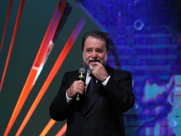 Tony Ramos se emociona ao receber prêmio em Gramado (Foto: Edison Vara/Pressphoto)