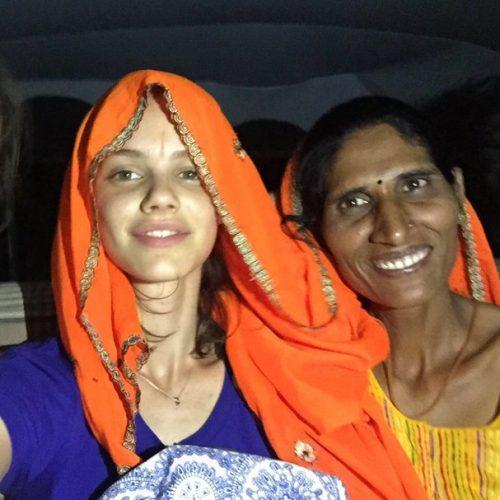 Laura e uma indiana (Foto: Divulgação)