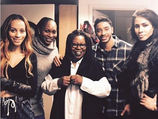 """Whoopi Goldberg com o elenco de """"Strut"""" (Foto: Divulgação)"""