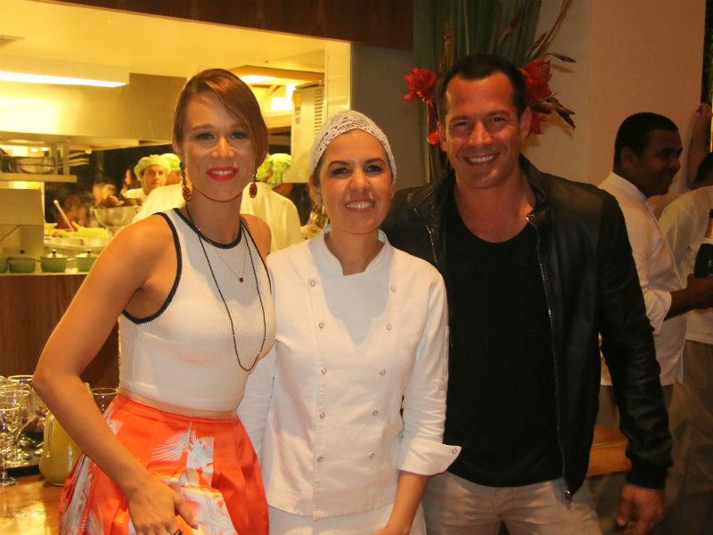 Mariana Ximenes, Morena Leite e Malvino Salvador na inauguração do restaurante Capim Santo (Foto: AgNews)
