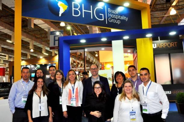 Tomás Ramos, diretor comercial da rede BGH, com a equipe do BHG na Abav Expo Internacional (Foto: Mercado & Eventos)