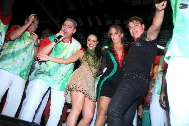 A cantora caiu no samba ao lado da rainha de bateria Paloma Bernardi e David Brazil (Foto: AgNews)