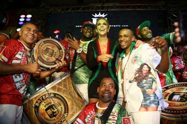 Ivete e integrantes da bateria da Grande Rio (Foto: AgNews)