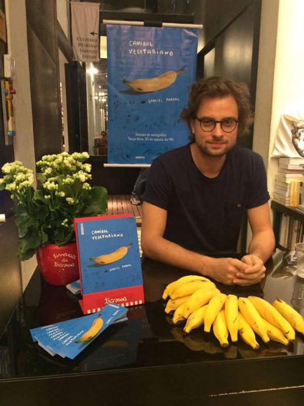 """Gabriel Pardal no lançamento do livro """"Canibal Vegetariano"""" (Foto: Julia Pimentel)"""