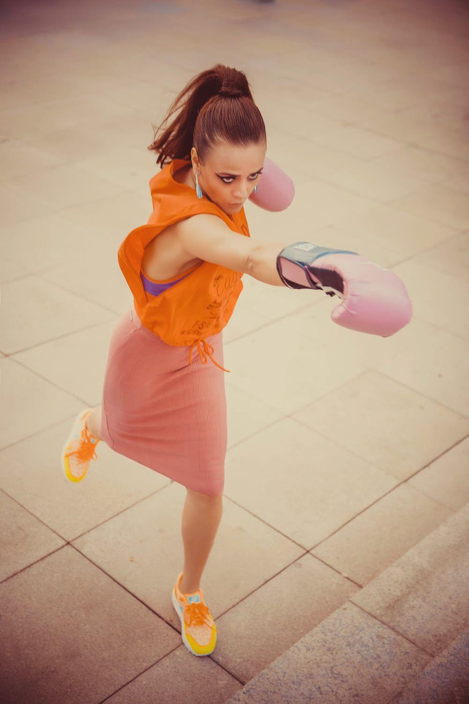 Blusa Cavalera / Top Nike / Saia Calvin Klein Jeans / Tênis Nike / Luvas Everlast para loja Centauro