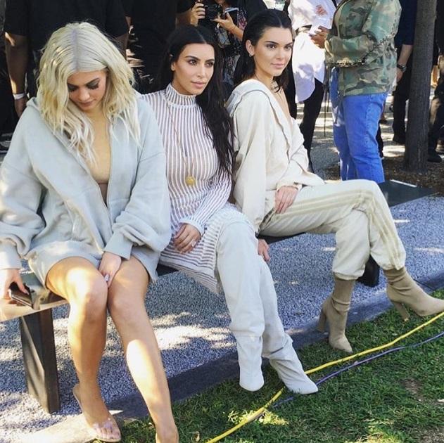 kylie jenner, Kim Kardashian e Kendall Jenner prestigiaram o desfile de Kanye West (Foto: Divulgação)