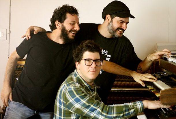 Gabriel Muzak, Alexandre Kassin e Mihay em estúdio (Foto: Divulgação)