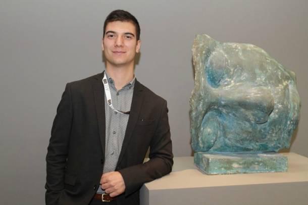Maxime Porto, curador da francesa Galerie Agnès Monplaisir, ao lado da obra do alemão Igor Mitoraj (Foto: Divulgação)