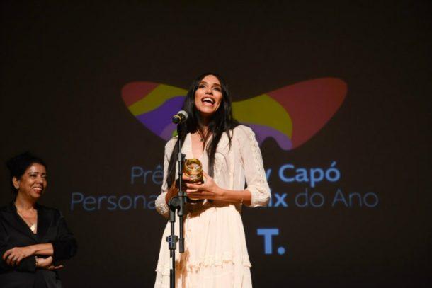 Lea T foi homenageada com o troféu especial, o Suzy Capó (Foto: Divulgação)