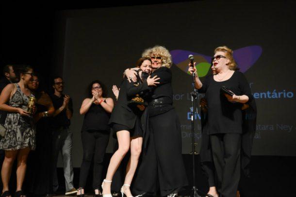 Leandra Leal recebeu o prêmio ao lado de suas divas (Foto: Divulgação)