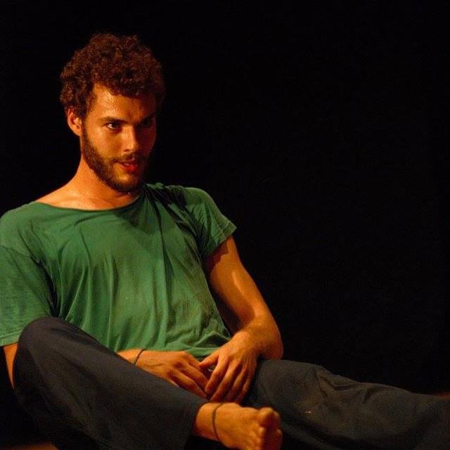 O poeta também divide seu tempo como ator de teatro (Foto: Divulgação)