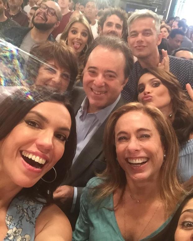 Tony Ramos é tietado pelo elenco da Globo (Foto: Instagram)
