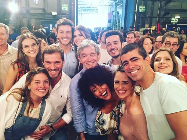 Camila Queiroz e Klebber Toledo com elenco (Foto: Instagram)