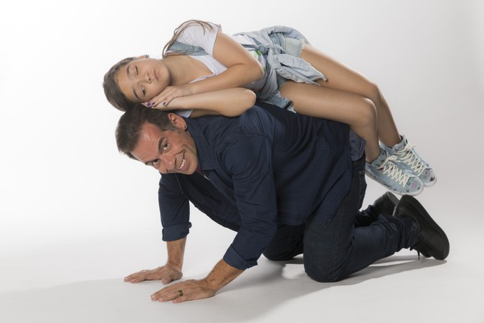 Os atores se divertem nas sessão de fotos (Foto: Raphael Dias/Gshow)