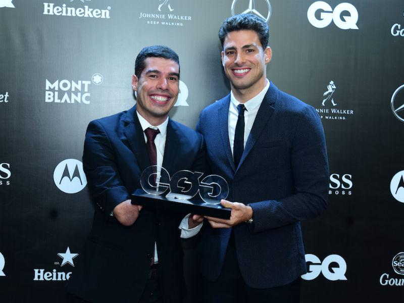 """Daniel Dias recebeu o troféu das mãos de Cauã Reymond na 6ª edição do """"Men Of The Year"""" (Foto: Miguel Sá)"""