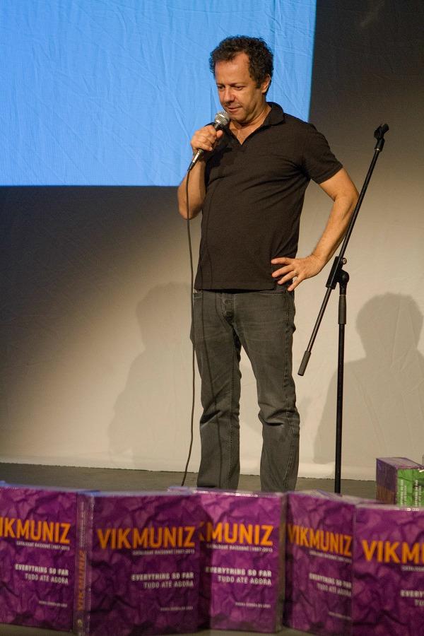 Vik Muniz durante palestra no Teatro Clara Nunes (Foto: Divulgação)