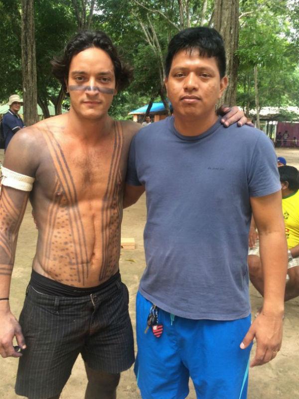 Allan e um índio local que, como prova da participação na sociedade branca, não dispensou o chaveiro do Flamengo, time de futebol carioca (Foto: Reprodução)