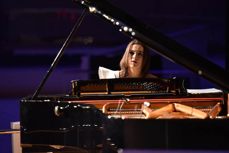 A homenageada Simone Leitão faz recital ao piano