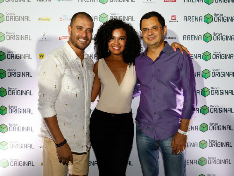 Diogo Nogueira, Thais Macedo e Marcos Lacerda, diretor de marketing da Arena Banco Original (Foto: Felipe Panfili)