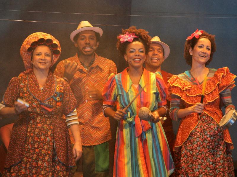 """Elenco do espetáculo """"Sambinha"""", apresentado neste domingo na Arena Banco Original (Foto: Divulgação)"""