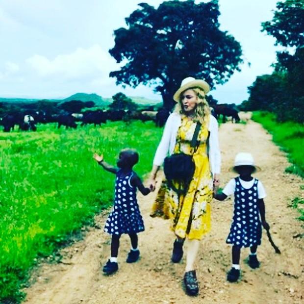 Madonna confirma que adotou duas irmãs gêmeas que viviam em orfanato no Malaui:
