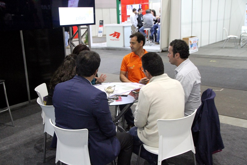 Roberto conversa com o público durante a feira sobre as vantagens das consultorias e investimentos logísticos na Plataforma da Moda (São Paulo - Foto: Henrique Fonseca)