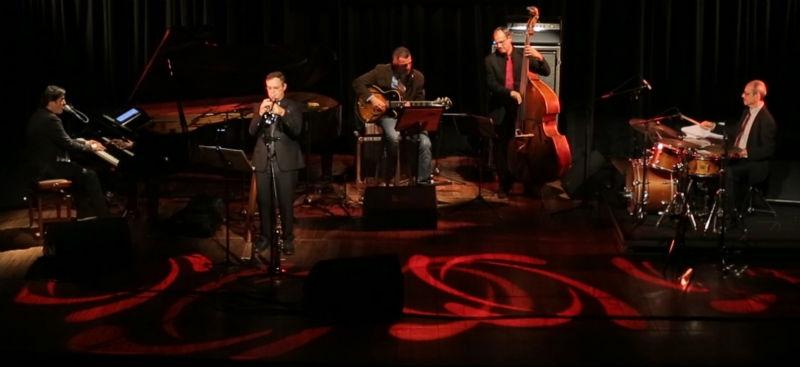 Nico Rezende é cantor e pianista. O artista será o primeiro a se apresentar na noite de sábado (Foto: Divulgação)