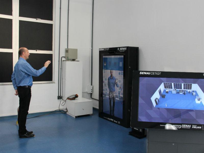 Robson Wanka simulando o uso da Planta da Confecção 4.0 (Foto: Divulgação)