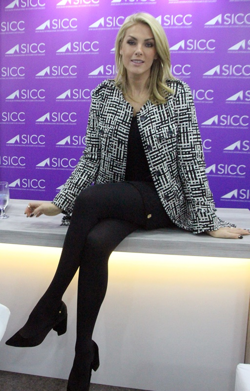80eeeca3defcf SICC 2018 EXCLUSIVO  Ana Hickmann promove sua marca de bolsas em ...