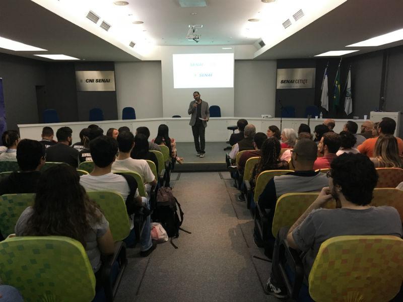 Alisson Castro foi o responsável por animar os alunos com stand up comedy (Foto: Heloisa Tolipan)