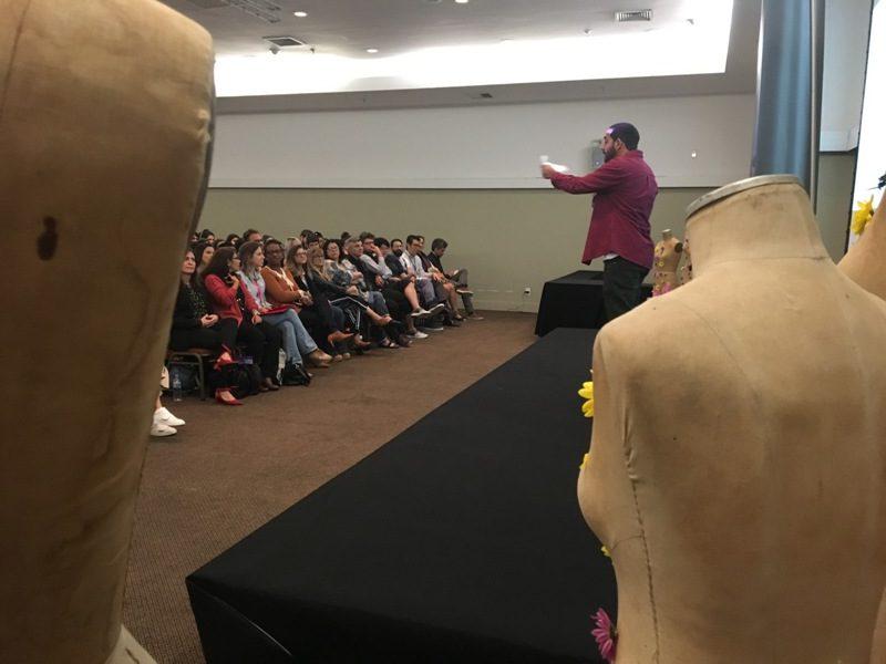 Alisson Castro e a stand up comedy para os alunos de Design de Moda do SENAI CETIQT (Foto: Heloisa Tolipan)