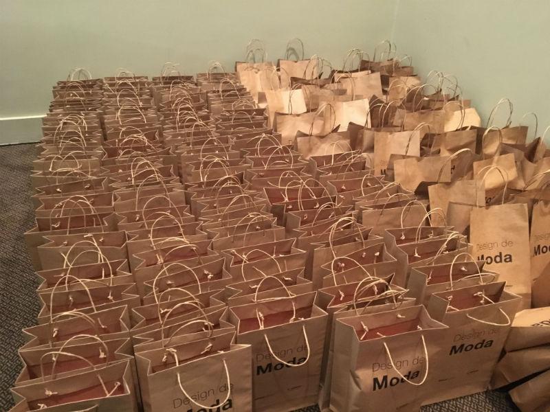Kits de boas-vindas para os alunos de Design de Moda do SENAI CETIQT (Foto: Heloisa Tolipan)