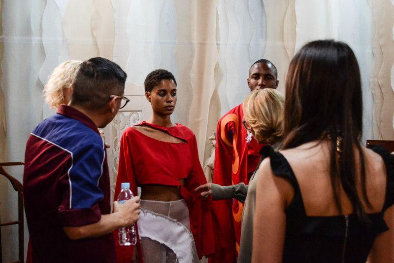 Lenny Niemeyer e o stylist Daniel Ueda conferem as peças-piloto e orientam os alunos (Foto: Anna Castro)