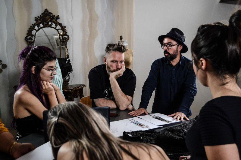 Alexandre Herchcovitch e Jackson Araujo avaliam detalhadamente os projetos originais (Foto: Anna Castro)
