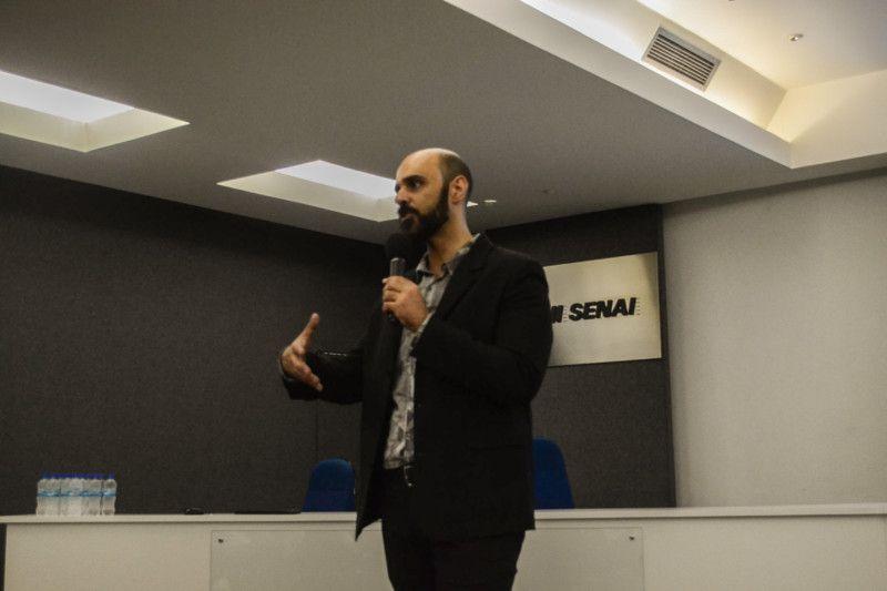 O gerente de estudos prospectivos e projetos especiais do SENAI CETIQT, Marcelo Ramos, iniciou o ciclo de palestras sobre inovação e soluções para os principais problemas das indústrias de confecção (Foto: Anna Castro)