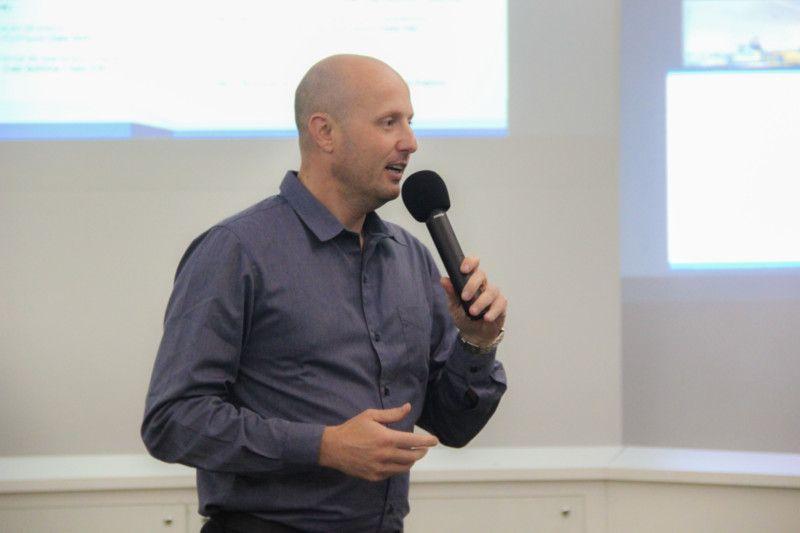 O gerente de educação do SENAI CETIQT, Robson Wanka, falou sobre a redução da distância entre o conhecimento produzido e sua aplicação para a melhoria da qualidade de vida (Foto: Tiago Lontra)