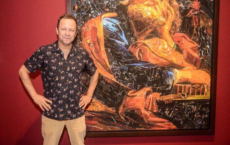 Vik Muniz e uma da obras da exposição 'Imaginária' (Foto Webert Belicio / AgNews)