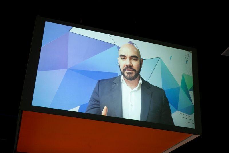 Sérgio Motta no telão 360 graus do recém-inaugurado Fashion Lab (Foto: Divulgação/Mônica Cardoso)