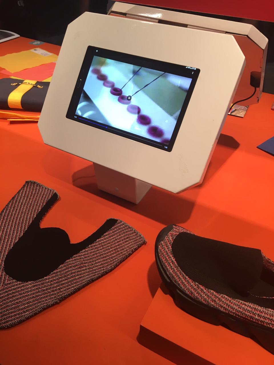 Linha produzida em tecelagem 3D por peça de cabedal de tênis multicolorido em knit