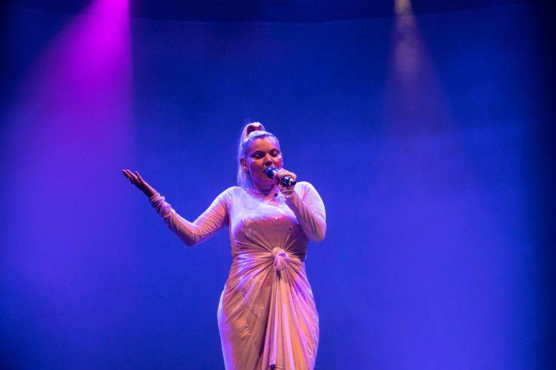 A cantora reinou no palco do Circo Voador na noite de ontem com o repertório do disco Sinto Muito (Foto: Giselle Dias)