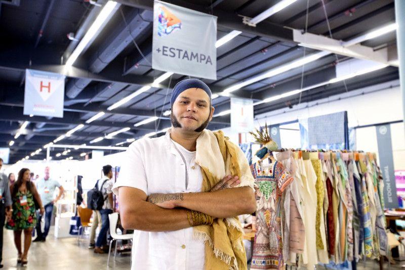 O designer Lucius Vilar, consultor do Núcleo de Design da Assintecal, coordenado por Walter Rodrigues, comemora a projeção internacional das estamparias brasileiras