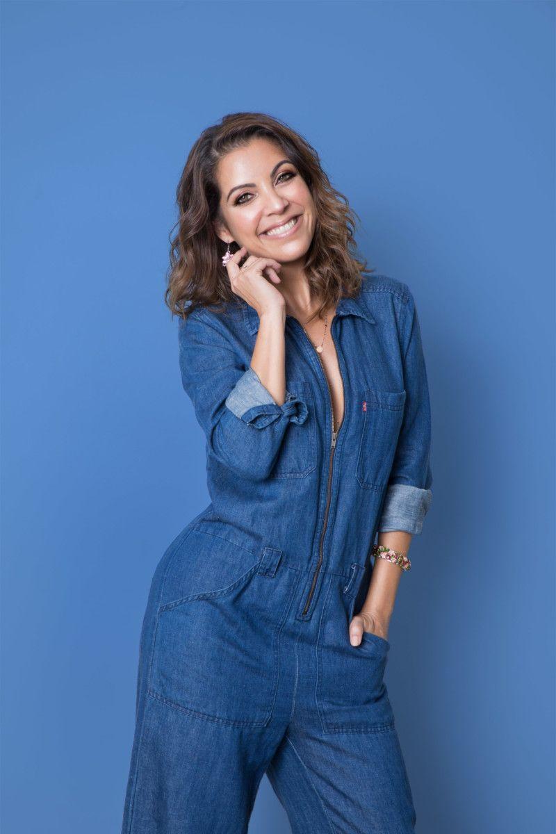 (Foto: Giselle Dias/ Styling: Gabi Werden/ Make: Yago Maia/ Créditos: Macacão jeans Levi's | Brincos bouquet Elle Cinq | Colar lariat shiny dots Ju Bochner | Pulseira bouquet Elle Cinq )
