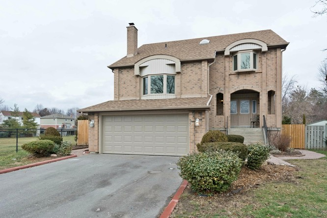 4BR Home for Sale on 42 Rosewood Court, Whitby