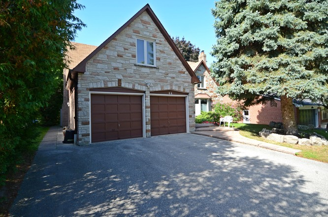 5BR Home for Sale on 44 Cobblestone Drive, Thornhill