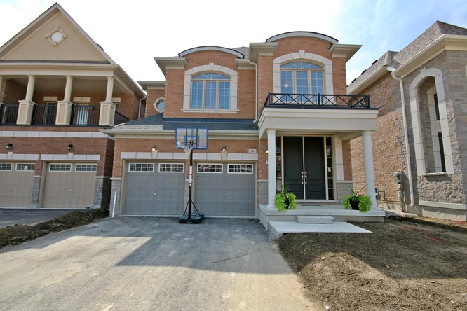 4BR Home for Sale on 10 Kashani Court, Aurora